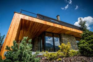 dřevěná chata se sedlovou strechou