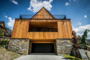 dům postaven ve svahu