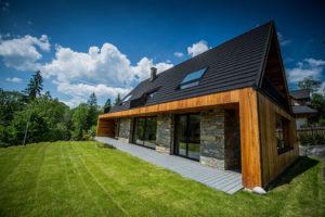 dřevěná chata pod Tatrami se sedlovou strechou
