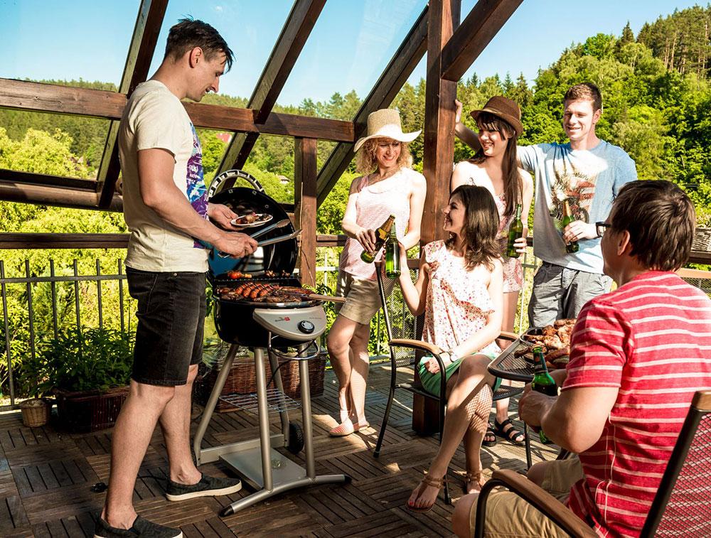 Grilovat můžete klidně i na balkoně – s praktickým elektrickým grilem Char-Broil Bistro, kterému stačí mít v dosahu zásuvku. Zdroj Mountfield