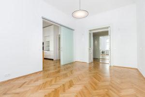 dvoupokojový byt a dubová podlaha