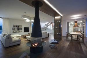 prostorná obývací místnost s masivním krbem a křesly