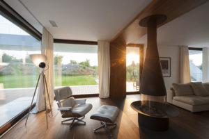 obývací místnost s masivním krbem a křesly