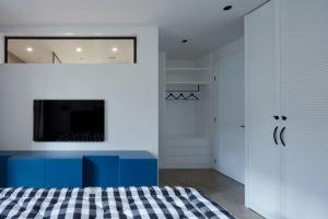 Modrou najdete na stěně obývacího pokoje, na sedací soupravě