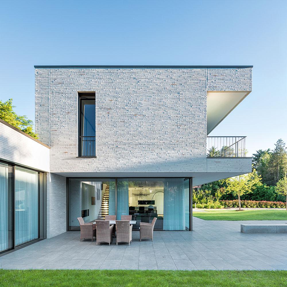 Na jedné straně domu byla vybudována zastřešená terasa. Je přístupná ze dvou obytných zón prostřednictvím prosklených posuvných systémů. Foto: Harter + Kanzler & Partner, Freiburg