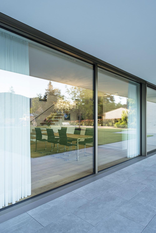 Velkorysá transparentnost v šíři 11 metrů. Samonosný balkón a interiérové závěsy obstarávají stínění před sluncem. Foto: Harter + Kanzler & Partner, Freiburg