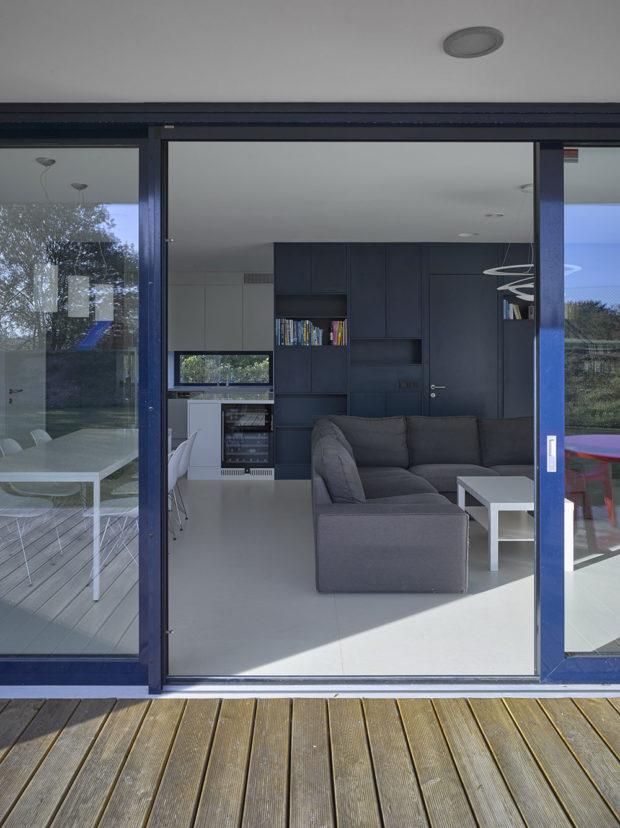 francouzská okna s tmavě modrými rámy