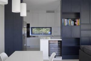orizontální okno za pracovní deskou kuchyňské linky