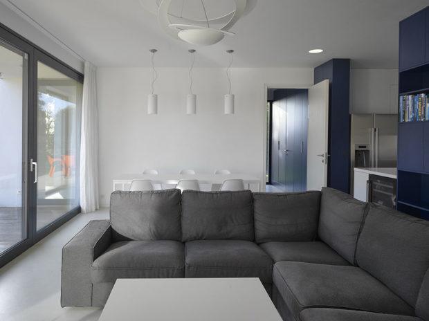 V hlavním společenském prostoru převládá bílá v kombinaci s šedou pohovkou