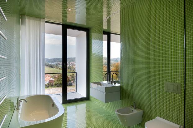 koupelna ze zelenou mozaikou