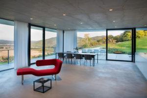 Podlahy tvoří ručně vyhlazované cementové stěrky