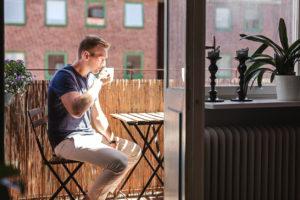 Proměňte svůj balkón ve venkovní místnost – čtecí koutek.