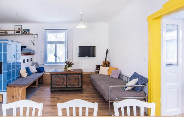Interiér zařízen střídmě aharmonicky, kombinací starého renovovaného nábytku avelmi jednoduchého nového vybavení