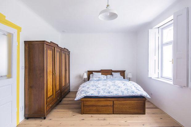 Venkovská ložnice sdřevěnou postelí