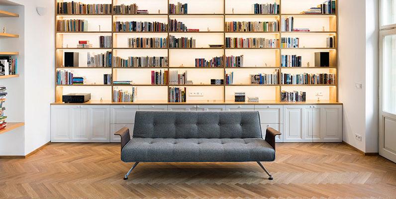 Dominující barvy v kompletně zrekonstruovaném bytě navazují na dobovou estetiku