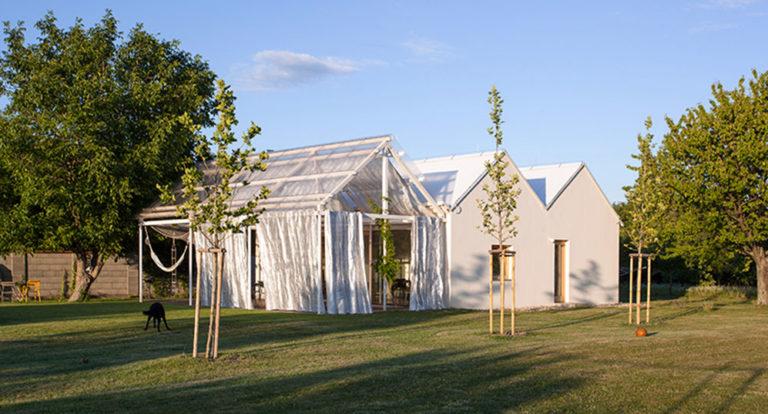 Ideální letní dům? Jednoduchý interiér, velká terasa, bazén a zahrada