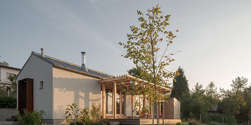 Rozlohou skromný, a přece kouzelný: Jednoduchý rekreační domek nad městem