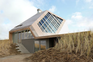 Dřevěný dům, který je z každé strany jiný, si vyrábí energii sám