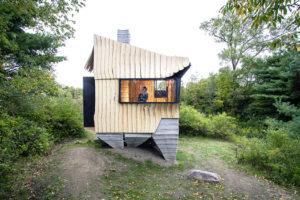 Prototyp domu budoucnosti? Chatu postavili z poškozeného dřeva s pomocí 3D tiskárny