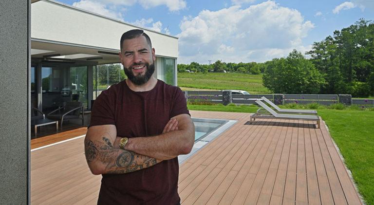 Inspirujte se stylovou terasou u domu hokejového obránce Romana Poláka