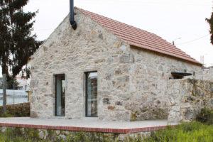 Malá hospodářská stavba ve vinici se po rekonstrukci proměnila v moderní kamenný dům