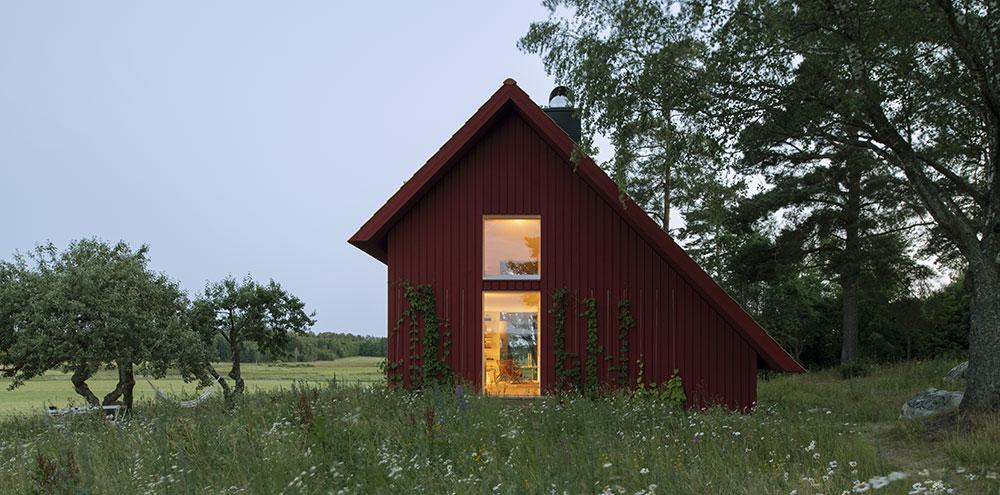 Na místě původní chalupy z 19. století postavili útulnou červenou chatku