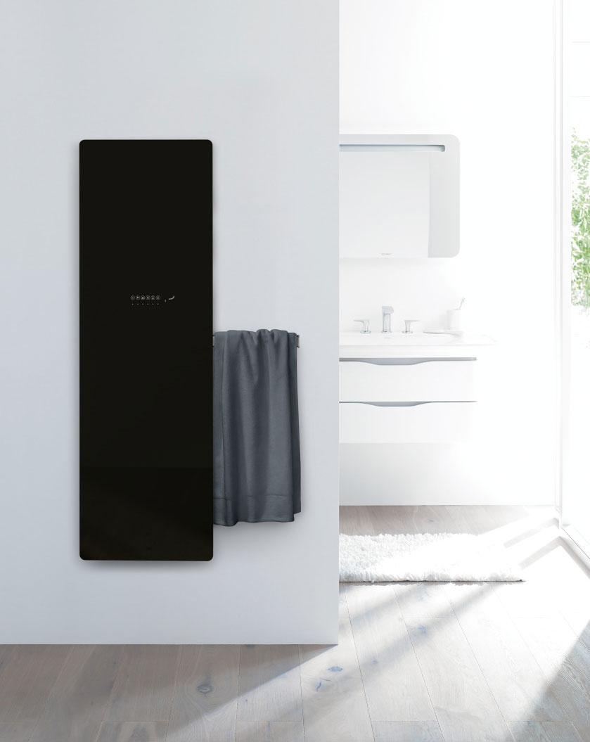 Koupelnový radiátor Zehnder Deseo Verso v provedení černá-lesklá. Foto Zehnder Group