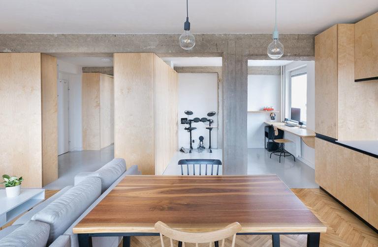 Přeměna starého bytu s nepraktickou dispozicí v moderní prostor pro mladý pár