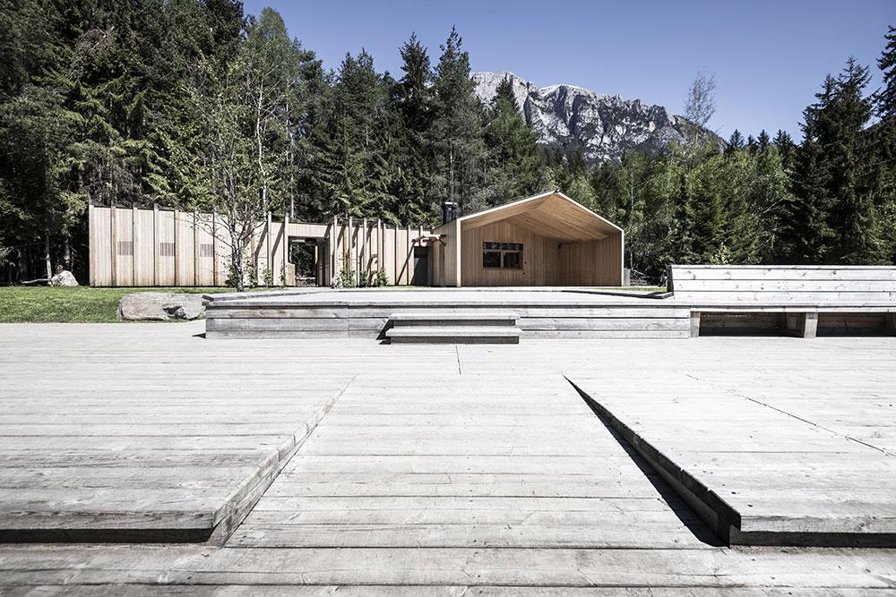 Chata uprostřed lesa v souladu s přírodou