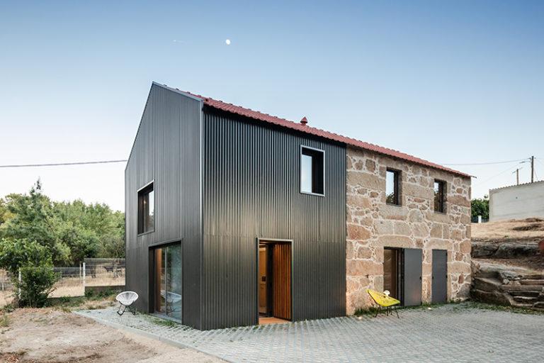 Dům se dvěma fasádami poskytuje komfortní bydlení s jednoduchou dispozicí