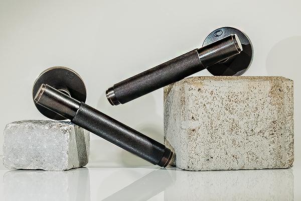 COBRA Kanelaz 1745 – dveřní kování s rytinami