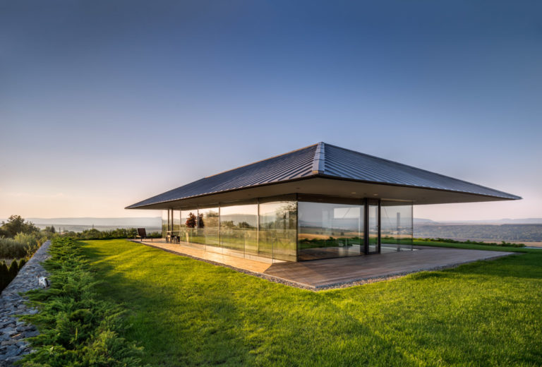 Nad vesnicí vznikl dům s panoramatickými výhledy