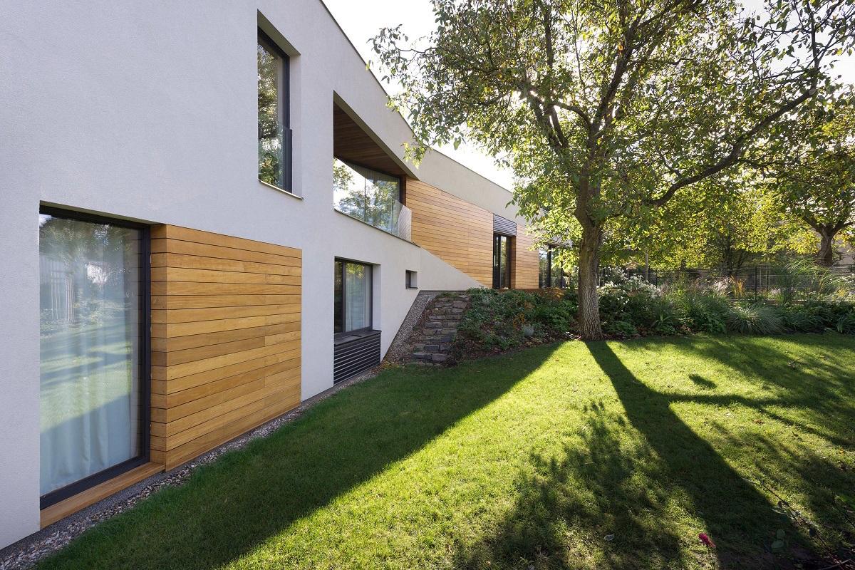 Zahrada domu se stromem