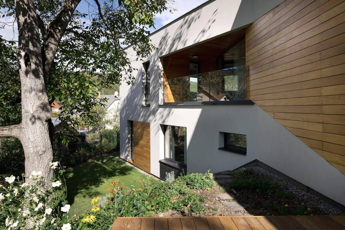 Výhled do zahrady z terasy domu
