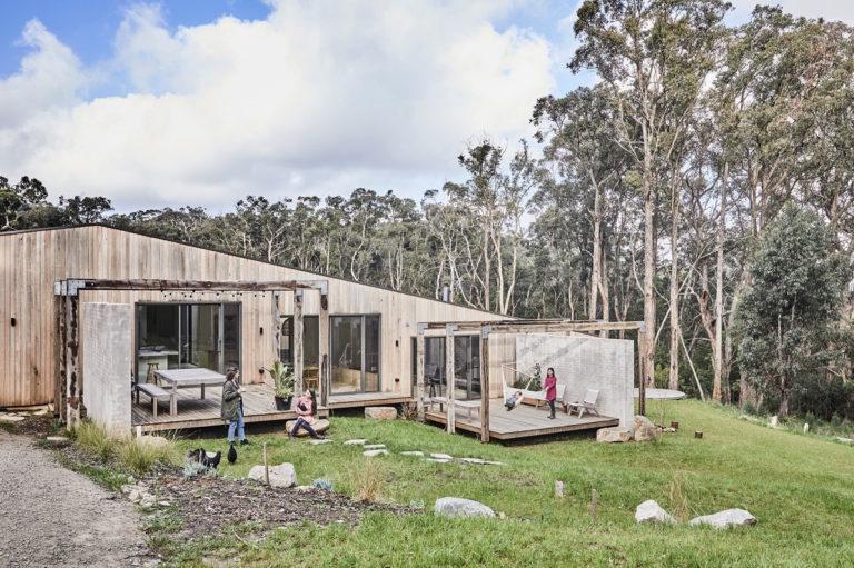 Bydlení jako vráji! Jedinečný rodinný dům přirozeně zapadl do prostředí