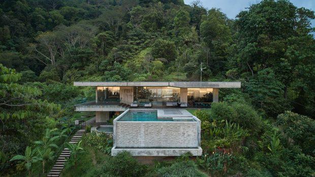 Drsný luxus, který není pro každého: Čeští architekti navrhli betonovou vilu v džungli