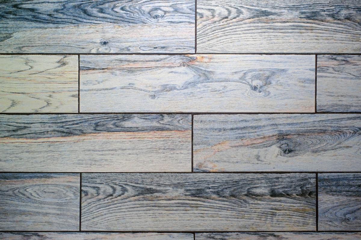 Keramická dlažba s imitací dřeva.
