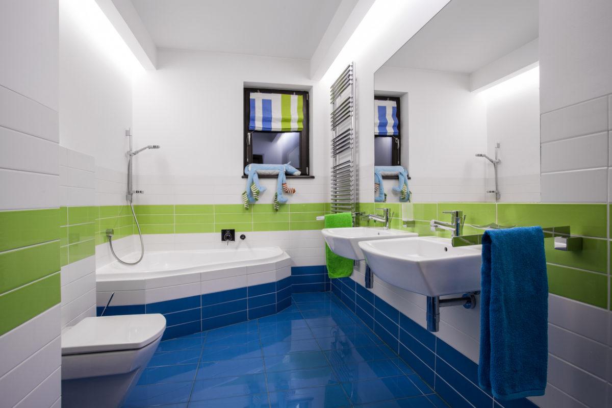 Moderní koupelna v modré a zelené.
