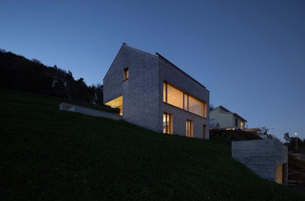 Pasivní dům v horách překvapuje utajenými schody i certifikovanou pecí na pizzu