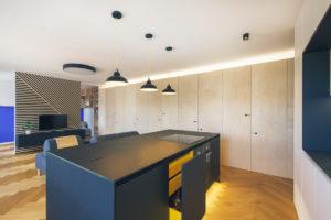Kuchyňský ostrůvek v otevřeném prostoru.