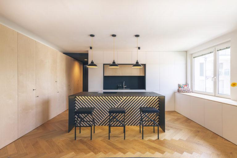 Prostor bytu odděluje jen nábytek, všechny zbytečné příčky zbourali