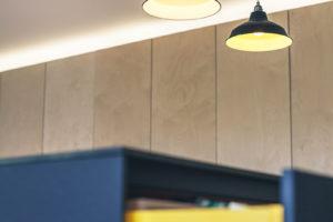 Žlutá barva polic kuchyňského ostrůvku