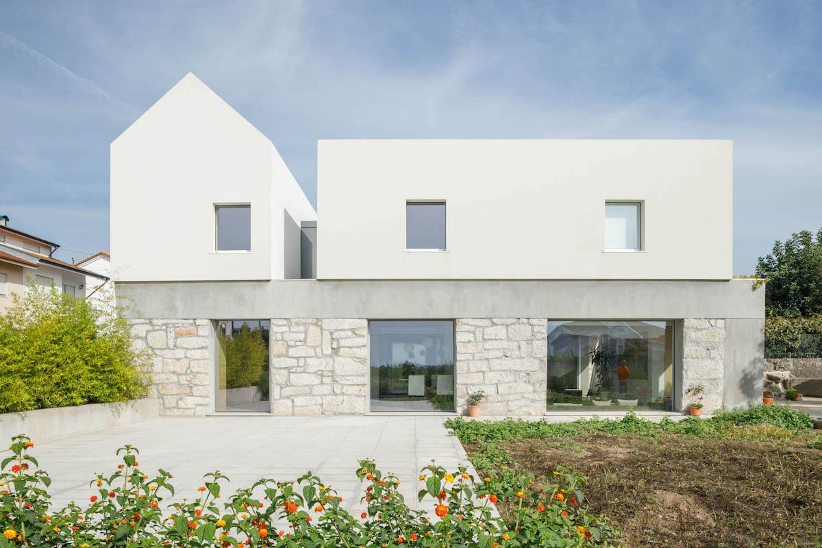 Tři staré domy spojili do jednoho! Kontrast podlaží má svůj význam