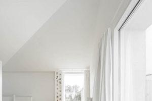 Pokoj s velkým oknem