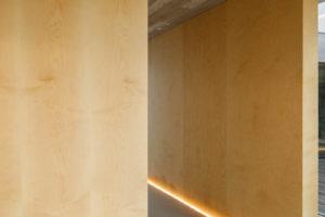 Pohledový beton a dřevo