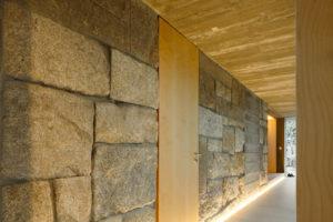 Žula a pohledový beton v interiéru