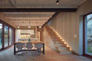 Kuchyň a jídelna s keramickou dlažbou
