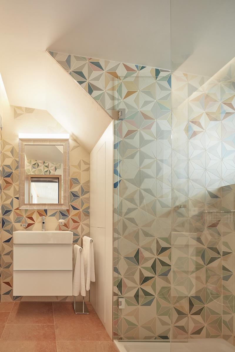 Barevná keramická mozaika koupelna