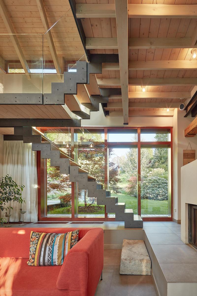Obývací pokoj s krbem a schody