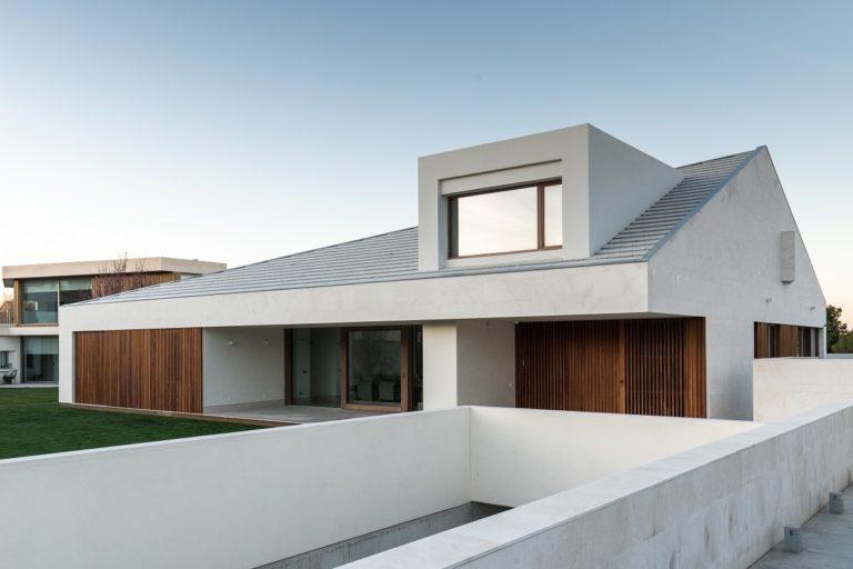 Jednoduchý rodinný dům s čistými liniemi vytvořil se sousedními domy jeden celek